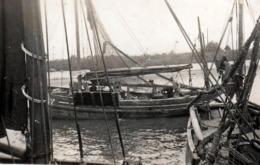 Photo Originale Départ En Mer Pour Ce Joli Bateau De Pêche En Bois & Son équipage Vers 1930/40 - Bateaux