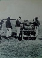 Cpa WW1  CHARGEMENT D'UNE  PIECE DE 155 COURT SUR AFFÛT PLATEFORME CACHET FM  1915 WWI FRANCE HEAVY GUN SOLDIERS - Ausrüstung