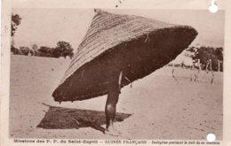 MISSIONS DES P. P. DU SAINT-ESPRIT-GUINEE FRANCAISE-INDIGENE PORTANT LE TOIT DE SA MAISON-1945 - Guinea Francese
