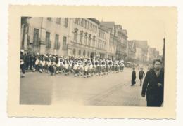 P80 - Photo WW2 Avril 1945 - Musique Du 3eme RTA Visite Du Général De Gaulle à Speyer Spire Allemagne - Krieg, Militär