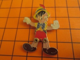 1519 Pin's Pins : BEAU ET RARE : Thème DISNEY / GRAND PIN'S PINOCCHIO JAMBES ARTICULEES - Disney