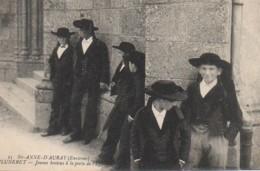 56 Environs De Ste-Anne-d'Auray  PLUNERET  - Jeunes Bretons à La Porte De L'Eglise - Francia