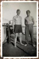 Photo Originale Gay & Playboy De La Guerre 193-45, 2 Soldats De La Wehrmacht  Torses Nus & Caleçon Sur Bateau Péniche - Guerra, Militares