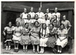 Grande Photo Originale Scolaire - Etudiantes Pin-Up & Collégiennes Aux Longues Couettes - Identification Au Dos En 1937 - Personnes Identifiées