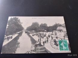 CPA (51) Reims.Vue Sur Le Canal .Manifestation?.A Gauche Personne Avec Une Pancarte.  (E.2423) - Reims