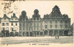 CPA N&b Arras - La Grand Place - Arras