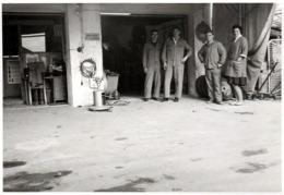 Photo Originale Garage Et Garagistes Au Stand De Remplacements De Roue Vers 1960 - Beroepen