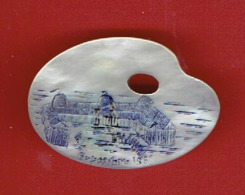 SOUVENIR DE L EXPOSITION UNIVERSELLE DE PARIS EN 1889 BROCHE EN NACRE EN FORME DE PALETTE DE PEINTRE - Obj. 'Souvenir De'