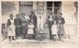 ¤¤  -   Carte-Photo   -  Tuerie Du Cochon   -  Groupe De Personnes Devant Une Ferme     -  ¤¤ - Postkaarten