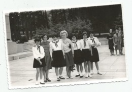 Women And Students Pose For Photo E505-264 - Persone Anonimi