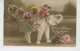 ELEPHANTS - Jolie Carte Fantaisie éléphant Blanc Porte Bonheur Et Fleurs Pensées - Elefantes
