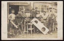 TOP RETHEL - SOLDATS ALLEMANDS DE L' EQUIPE DE MENUISERIE FABRIQUENT DES LATRINES - MARS 1918 - MENUISIER - Rethel