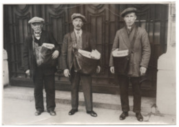 Photo : Trois Distributeurs De Journaux LA GAZETTE DE CHARLEROI Années '30 ? - Presse Photographie Journal - Beroepen