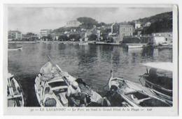 Cpa Bon Etat ,  Le Lavandou , Le Port , Au Fond Le Grand Hôtel De La Plage - Le Lavandou