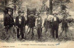 CHARLEVILLE  - A La Frontière  , Douaniers Et Contrebandiers .......... - Charleville