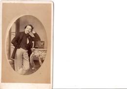 CDV. Homme Et Son Appareil Photo. Est-ce Le Photographe ? Pantalon Original. PHOT. V.P. DE BALDIWIA. SCANS - Alte (vor 1900)