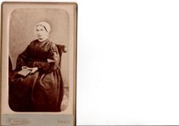 CDV. Femme Habillée Chaudement, Un Livre à La Main. Original. PHOT. H. THILLIER à Paris. Très Bon état. SCANS - Photos