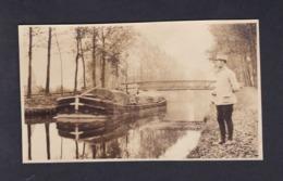 Photo Originale Militaire Observant Une Peniche Canal Batellerie - Oorlog, Militair