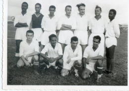 15A . POINTE A PITRE. Equipe De L'Amicale Des Profs Du Lycée Le ..Février 1957. Pierre Bayrou (TG). Photo - Football