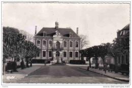 Carte Postale 27. Pacy-sur-Eure  Place De L'hotel De Ville Et Le Monument  Trés Beau Plan - Pacy-sur-Eure