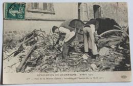 CPA 51 Ay Révolution Des Vignerons En Champagne Avril 1911 Fûts Maison Gallois Incendiée 2 Personnages - Ay En Champagne