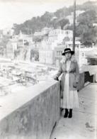 Photo D'une Femme élégante Posant A La Baie Des Prophète A MARSEILLE En 1947 - Personnes Anonymes