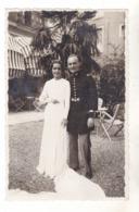 PHOTO  MARIAGE D'UN OFFICIER MILITAIRE AVEC SA BELLE ET SA ROBE LONGUE TRAINE - Photographs