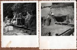 2 Petites Photos Originales Mineurs Et Wagonnets En Action - 2 Types De Wagons Pour Transporter La Roche Vers 1940 - Profesiones