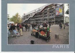 PARIS 4e. CP 11,5 X 17 Claude Reboul Et Son Orgue De Barbarie Devant Le Centre Pompidou - District 04