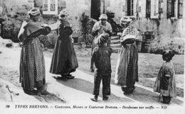 CPA Brodeuses Sur Coiffe Types Bretons Coutumes, Moeurs Et Costumes Bretons - Non Classés