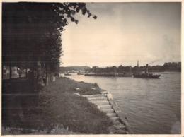 Photo Ancienne Un Remorqueur Sur La Seine Tire Une Dock Flottant Ou Une Cale De Réparation Navale Duclair ??? - Barche