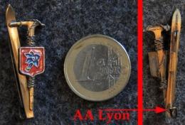 Ancien Insigne Broche Chantiers De Jeunesse & Montagne Fabrication A AUGIS Lyon - Army & War