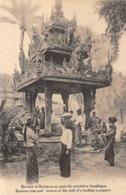 Asie   Birmanie .     Au Puits Du Monastère Boudhique     ( Voir Scan) - Myanmar (Birma)