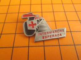 310c  Pin's Pins / Beau Et Rare / Thème MARQUES / MAGASIN INTERMARCHE MOUSQUETAIRE ESPERAZA - Levensmiddelen