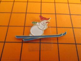319 Pin's Pins / Beau Et Rare / Thème SPORTS D'HIVER / BONHOMME DE NEIGE SUR DES SKIS Quelle Imagination ! - Wintersport
