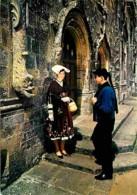 56 - Josselin - Folklore De Bretagne - Cercle Folklorique De Josselin - Jeunes En Costumes Traditionnels Devant La Porte - Josselin