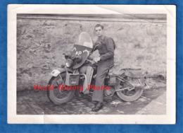 Photo Ancienne - Portrait D'un Militaire Sur Une Moto MP , Insigne à Identifier - US ? Français ? - RARE - Krieg, Militär