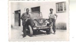 Petite Photo  D'amateur  8 Cm 9 X 6 Cm -  Une Jeep  Et 2 Soldats. - Anonymous Persons