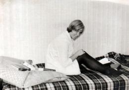 Photo Originale  Lecture & Lectrice Adolescente Sexy Sur Son Lit Vers 1960/70 - Pin-up