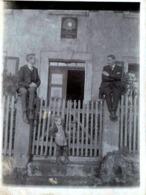 Amusant Tirage Photo Albuminé Original 3 Générations D'Hommes Posant Sur Un Portail Sous Une Plaque à Identifier 1900/10 - Personnes Anonymes