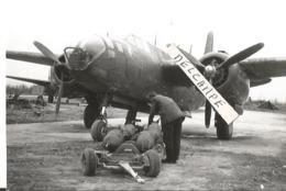 PHOTO AVION DOUGLAS BOSTON DB7 CHARGEMENT BOMBE   CROIX LORRAINE  ARCHIVE ECPA  12X8CM - Aviation