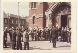BOURLERS (CHIMAY) : La Fanfare Devant L'Eglise - 1968 Dimensions 12.6 / 8.9 Cm - Lieux