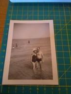 149782  VECCHIA FOTOGRAFIA Vita Da Spiaggia In Spiaggia Coppia - Barche