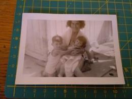 149793  VECCHIA FOTOGRAFIA Vita Da Spiaggia In Spiaggia Madre E Figli - Barche