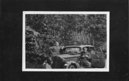 PHOTO 9,5CM / 6,5CM ORIGINALE : 2 SOLDATS ALLEMANDS SOUS L'OCCUPATION DANS UNE MERCEDES BENZ PKW GUERRE DE 1939/1945 - War, Military