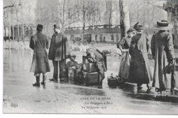CPA PARIS  Crue De La Seine Les Etrangers à Paris Le  30  Janvier 1910   édit ELD - Inondations De 1910