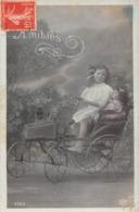 Carte CPA Fantaisie - Petite Fille Fillette Et Sa Poupée Doll - Amitiés - Jouet Voiturette Voiture - Jeux Et Jouets