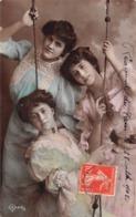 Carte CPA Fantaisie - Jolies Jeunes Femmes Sur Une Balançoire - Femmes