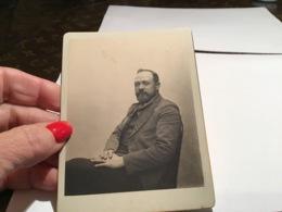 Photo Noir Et Blanc Homme Assis Sur Une Chaise Barbu Très Bien Habillé 18192 Digne-les-BainSur Cartons - Anonieme Personen