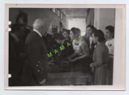 PHOTO Léon GENDRE - 63 - CLERMONT FERRAND - VISITE DU MARECHAL PETAIN A L' AIA EN 1942 - ATELIER INDUSTRIEL DE L'AIR - - Personalità